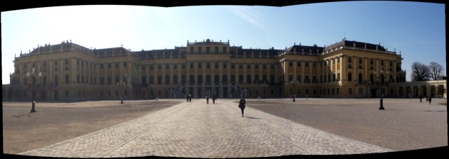 The front of the Schönbrunn Palace