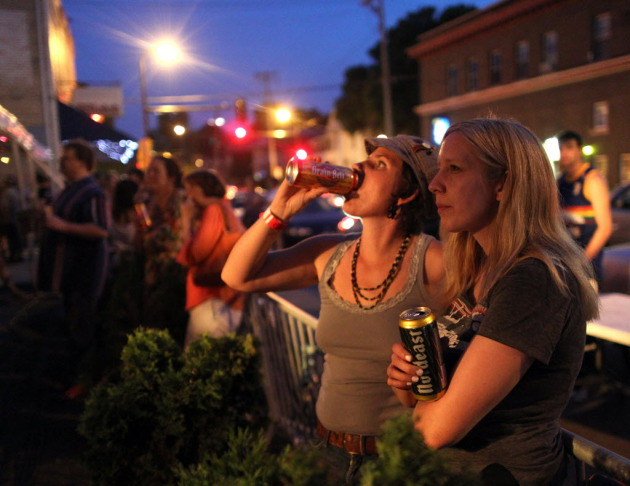 Enjoying the Minnesota music and brews outside the 331 Club during a prior Art-a-Whirl. / Star Tribune file