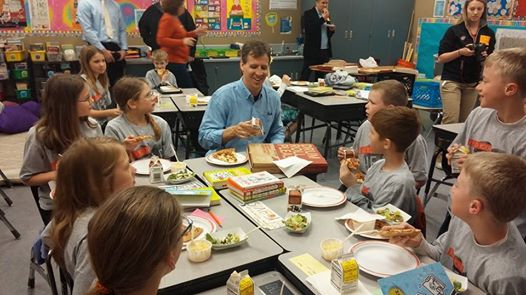 Author Jeff Kinney enjoyed his pizza lunch with Sara Drazkowski's fifth-grade class.