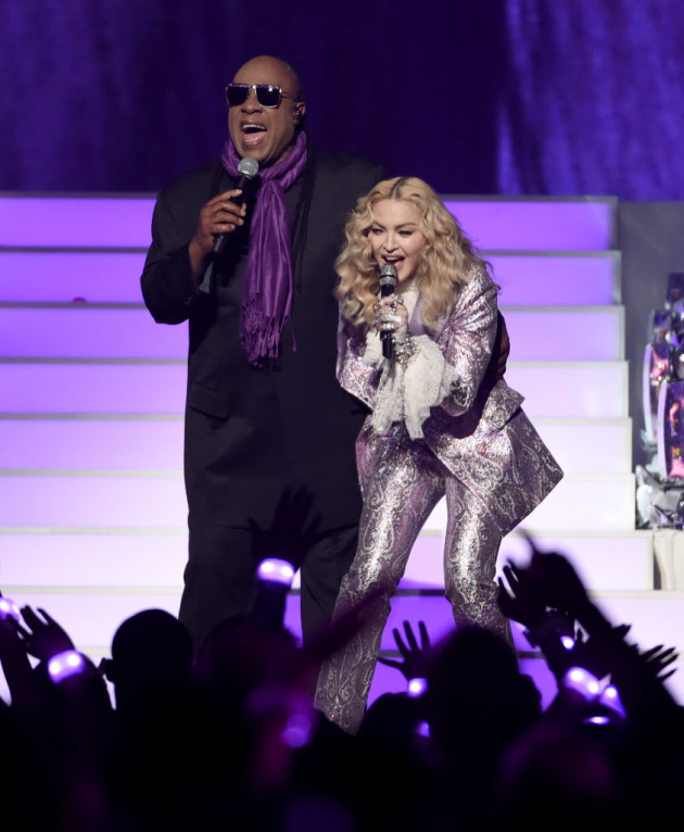 "Stevie Wonder and Madonna offer ""Purple Rain""/ Associated Press photo"