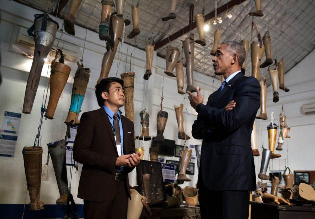 President Barack Obama visits with Soksai Sengvongkham, manager of the Cooperative Orthotic Prosthetic Enterprise, in Vientiane, the capital of Laos, in September 2016. (Official White House Photo by Chuck Kennedy)