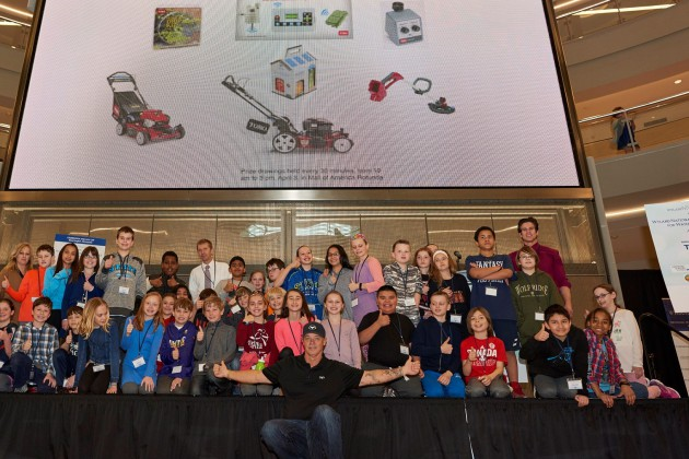 Wyland (center) with students from Ridgeview Elementary School in Bloomington at the Mall of America. (photo courtesy of Toro)