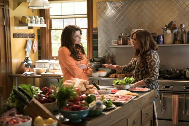 Lorelai Gilmore (Lauren Graham) chats with Rachael Ray in the kitchen of the Dragonfly Inn. Photo provided by Netflix.