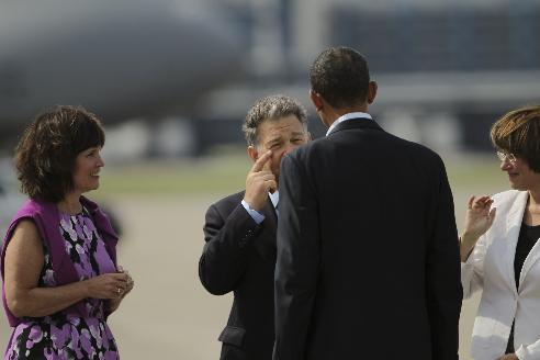 Minnesota Sen. Al Franken pointed to his eye while greeting President Barack Obama upon his arrival on Air Froce One Monday morning/Photo: Jeff Wheeler